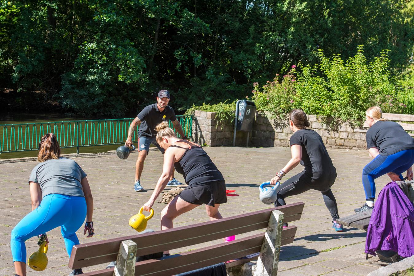 EINDHOVEN ED2020-4969 In de voorbije maanden lijkt het park herontdekt. De groepjes sporters, recreanten, vaste gasten en sympathisanten vechten er om de laatste stukjes gras. In de ochtend is het enorm druk met sportclubjes.