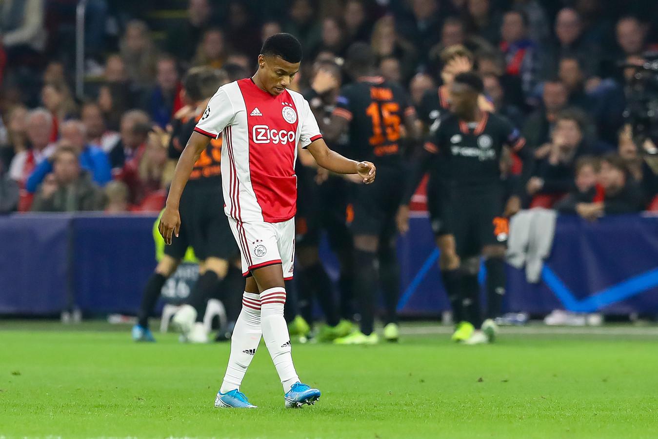 Neres baalt namens Ajax, terwijl de Chelsea-spelers feestvieren na de 0-1.