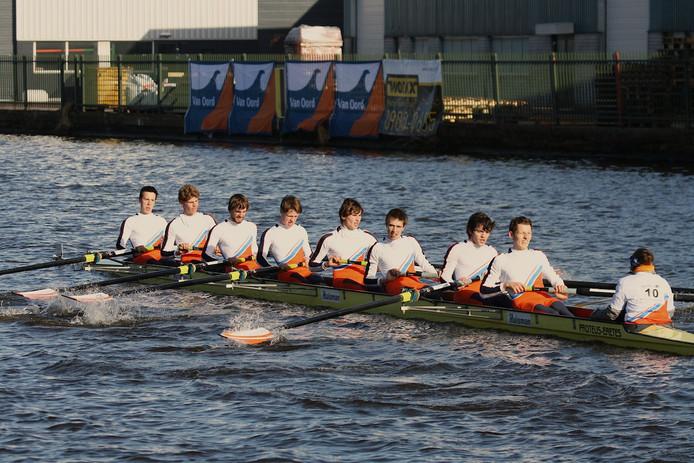 Studenten van Proteus-Eretes uit Delft aan het roeien, foto ter illustratie.
