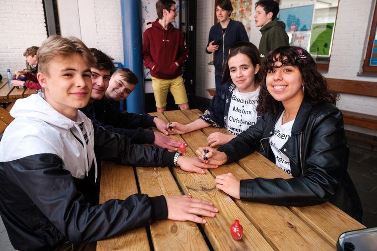 Enkele scholieren laten hun nagels lakken.