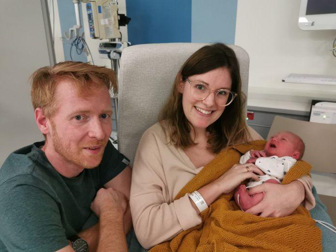 Tom Supeene en Vanessa Hostens met hun zoontje Walt.