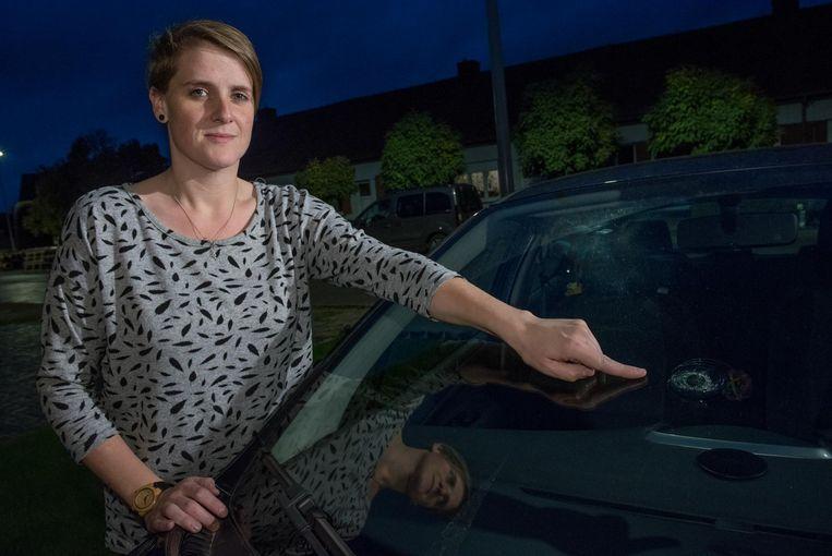 Ramona Bourgeois toont de beschadigde voorruit van haar auto.