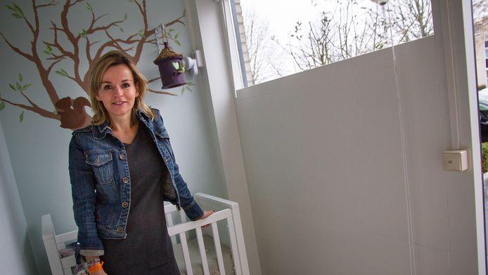 Barbara Muller in de Beschermde Wieg-kamer in Papendrecht. Deze vondelingenkamer is in september 2014 geopend.