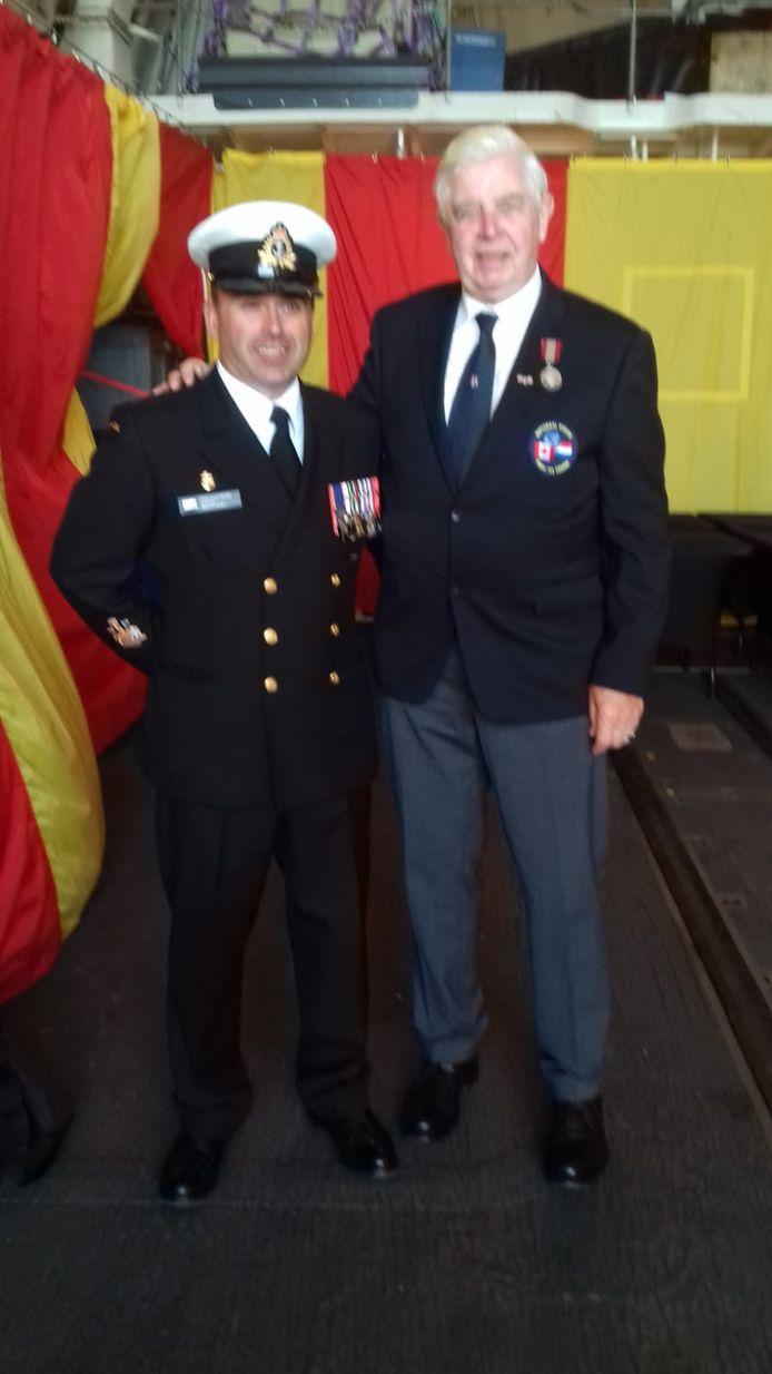 De onderscheiden Nijverdaller Albert Hartkamp gaat met de commandant van het Canadese fregat St. John's op de foto.