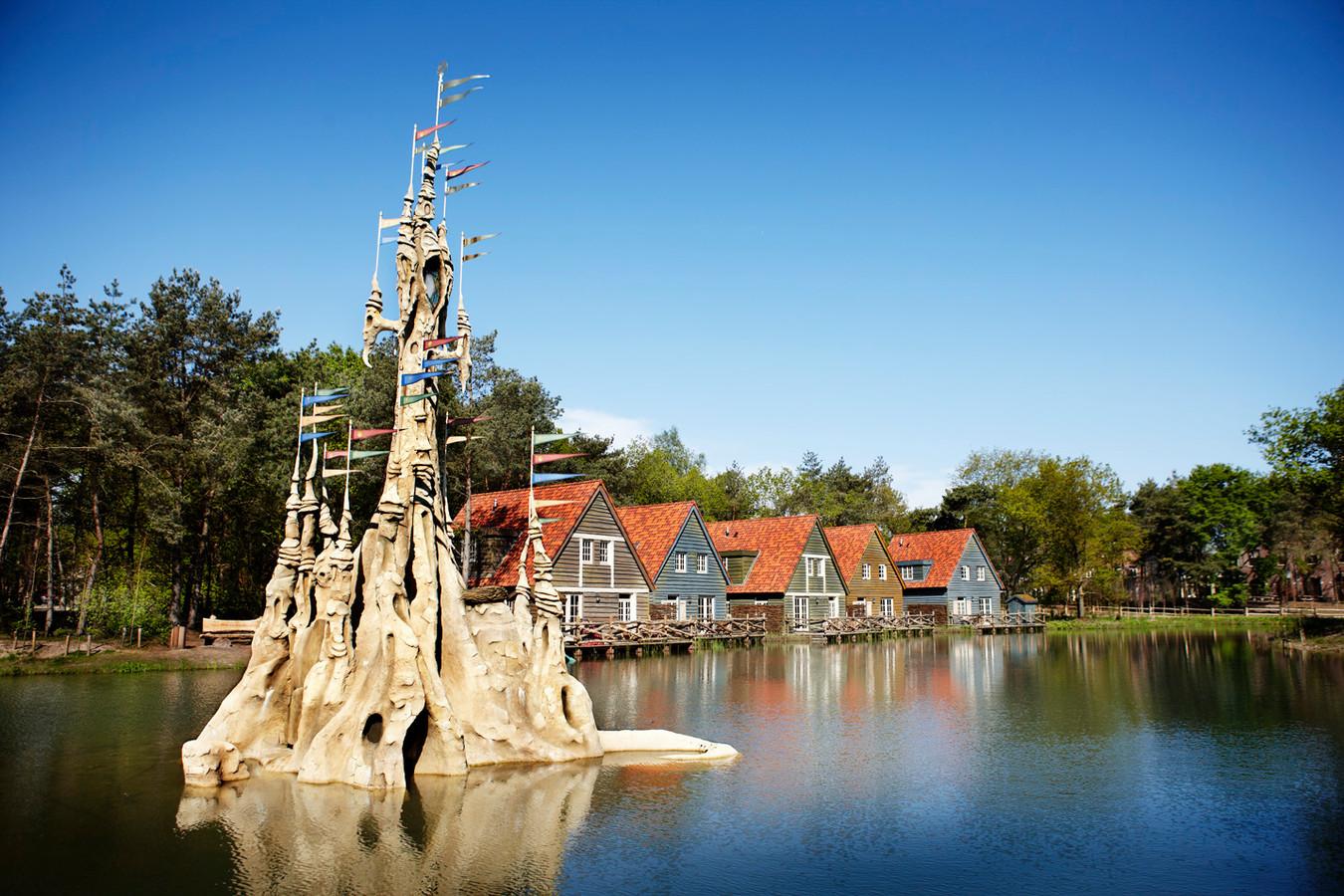 Vakantiehuisjes aan het water in Efteling Bosrijk.