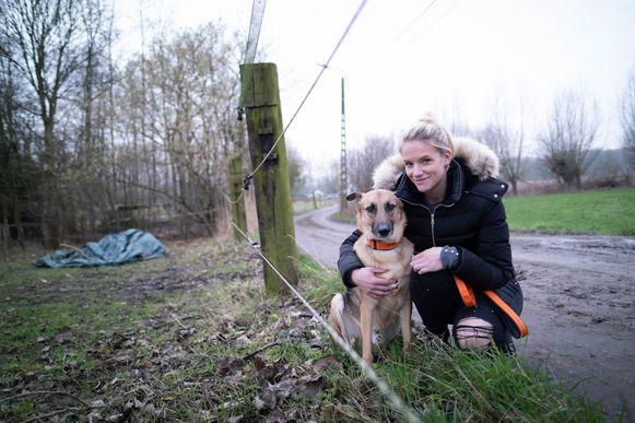 Debbie Reyniers met haar hond Chulo