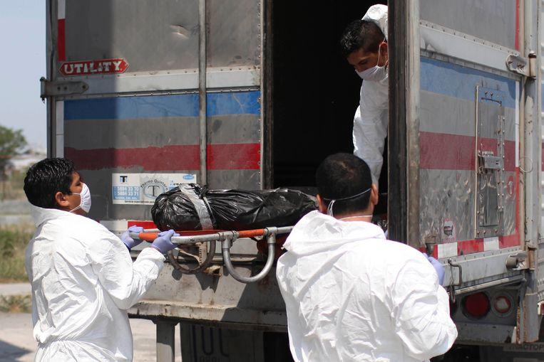 Archiefbeeld: een lichaam aangetroffen in een massagraf wordt overgebracht naar het mortuarium in Matamoros in Noord-Mexico.