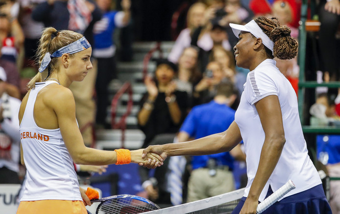 Venus Williams neemt de felicitaties van Arantxa Rus in ontvangst.