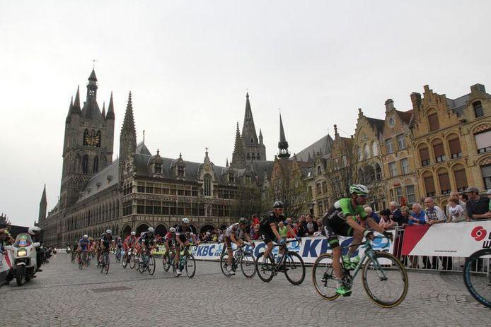 De wielerwedstrijd Gent-Wevelgem doet de Grote Markt in Ieper al aan.