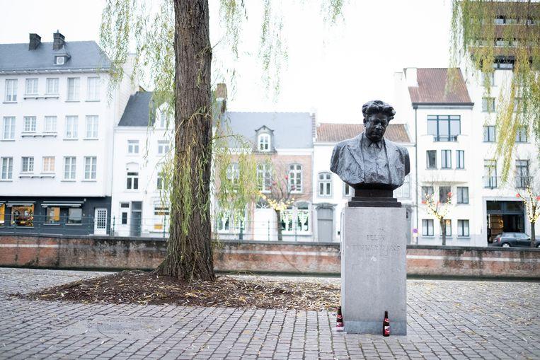 Fotoreeks rond het borstbeeld van Felix Timmermans in Lier. Felix en Nieuwjaar (2019).