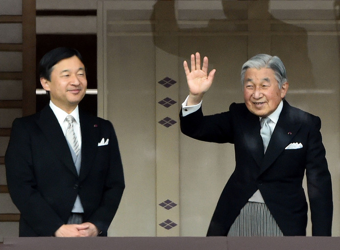 Kroonprins Naruhito (l) van Japan neemt vanaf 1 mei het stokje over van zijn vader keizer Akihito (r).