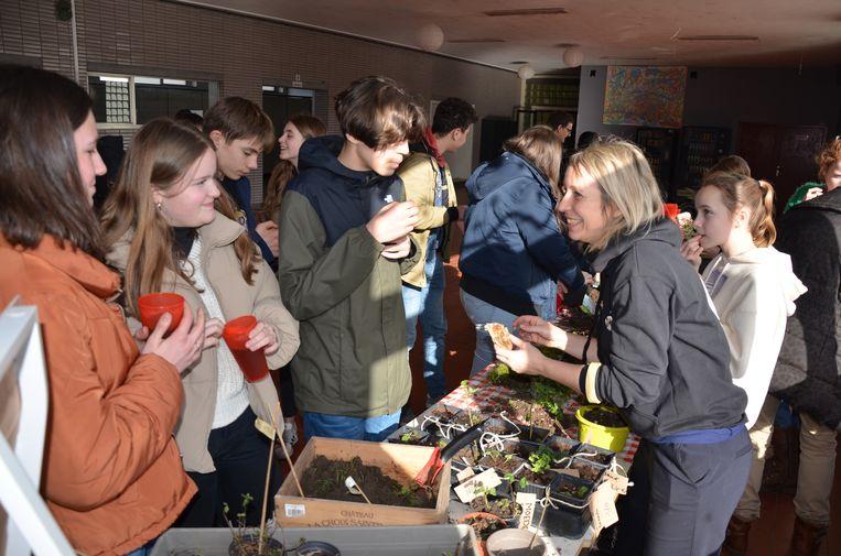 Duurzaamheidscoach Ellen Ongena wil de leerlingen enthousiast maken om zelf aan de slag te gaan met planten.