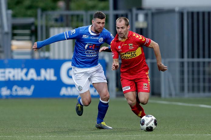 Istvan Bakx (rechts) snelt in het competitieduel met FCDen Bosch langs Danny Holla. Zondag staat hij met Go Ahead Eagles opnieuw tegenover de ploeg uit zijn woonplaats.