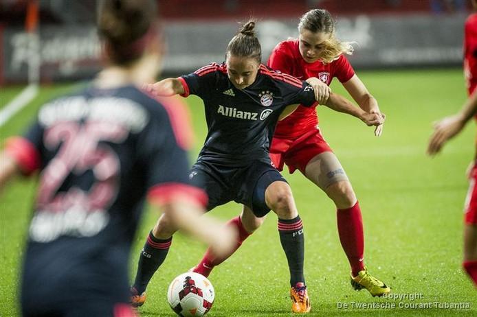 Maud Roetgering in duel tijdens de thuiswedstrijd tegen Bayern München.