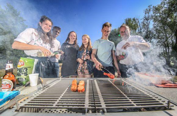 Enkele leden van de KSA mochten de openbare barbecue vandaag officieel in gebruik nemen.