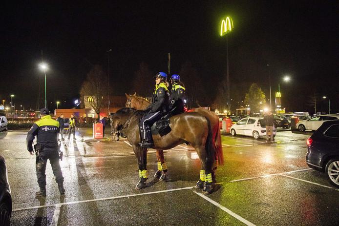Politie te paard, gisteravond op een parkeerplaats bij een McDonalds in de buurt van Katwijk.