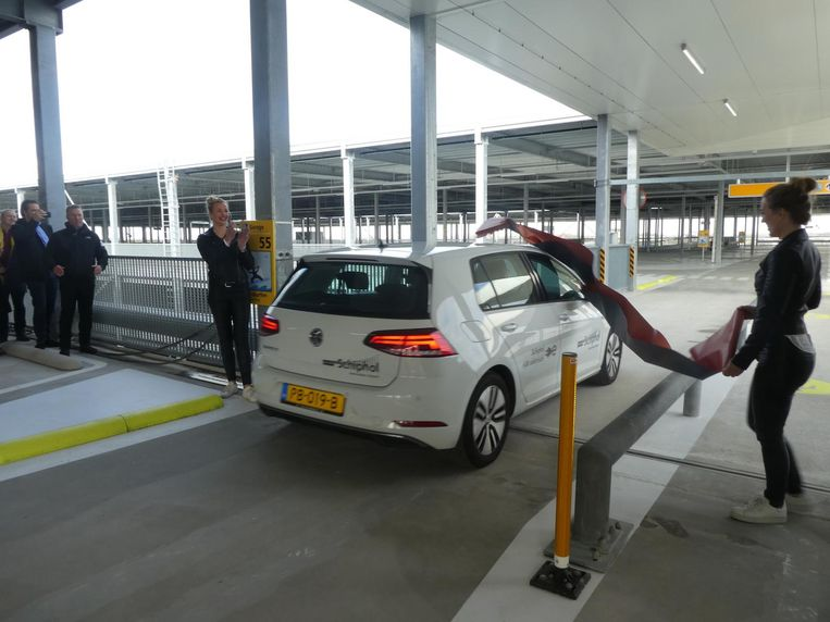 Een elektrische auto knip een lint door. Karin Flemming en Wendy van Dijk van Martinair Partyservice maken dat mogelijk. Beeld Hans van der Beek