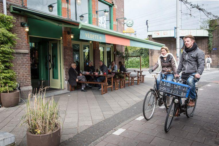 Bar Botanique, op de hoek van de Eerste van Swindenstraat.  Beeld Dingena Mol