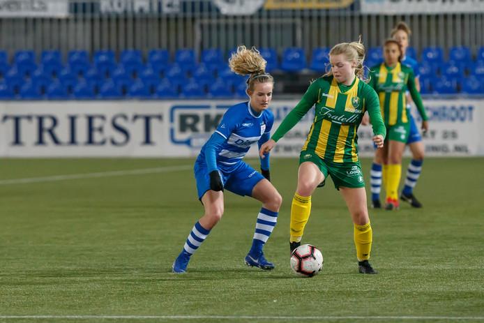 Maxime Bennink hielp PEC Zwolle met haar doelpunt weer in de wedstrijd.