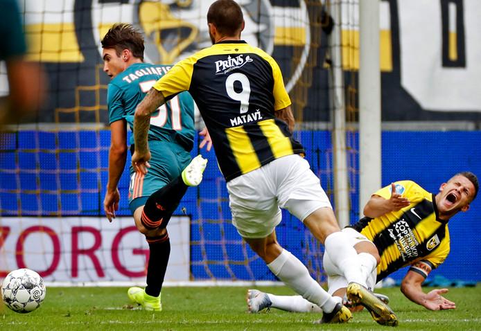 Vitesse-Ajax van dit seizoen. Nico Tagliafico brengt Bryan Linssen (rechts) ten val. De VAR oordeelt geen strafschop na overleg van arbiter Bas Nijhuis met video-scheidsrechter Danny Makkelie.