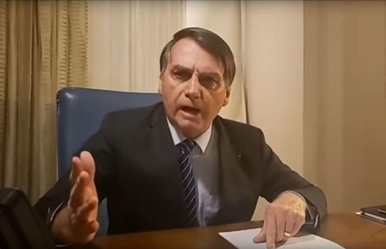 De Braziliaanse president Jair Bolsonaro reageert in een video op sociale media woest op de berichtgeving van Globo TV, dat bekendmaakte dat een portier hem in verband bracht met de moord.