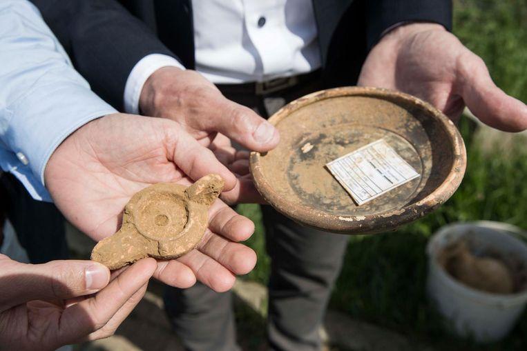 Twee van de gevonden grafgeschenken.