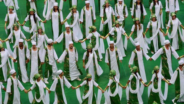 Artiesten in de kleuren van Nigeria tijdens de openingsceremonie in Brasilia. Beeld afp