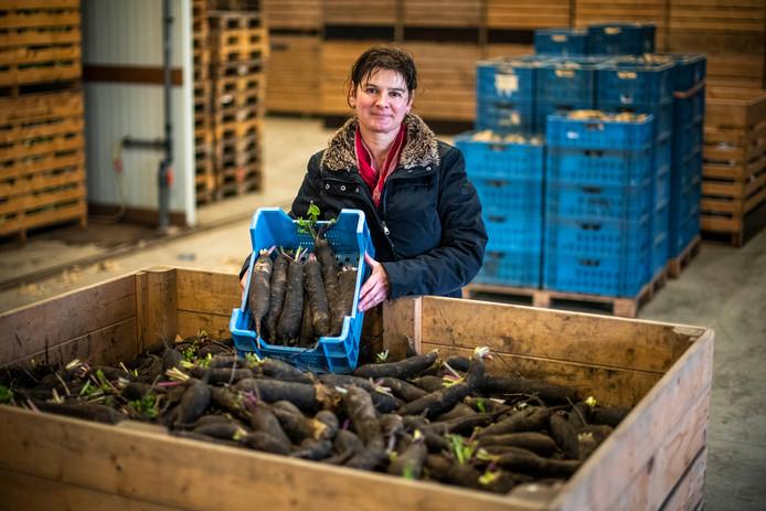 Astrid d'Haens bij de oogst ramenassen van biohoeve d'Haens.