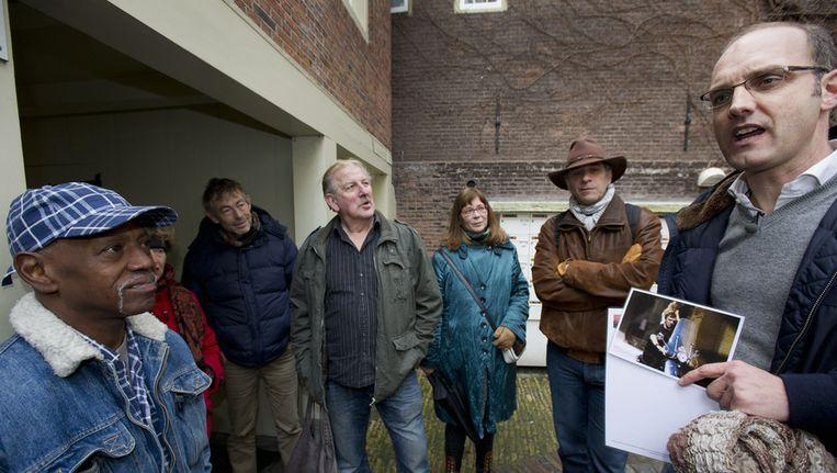 Raoul Serree (rechts) bedacht direct na het nieuws over de vrijlating van Holleeder een rondleiding in de Jordaan waar 'De Neus' opgroeide. Archieffoto. Beeld ANP