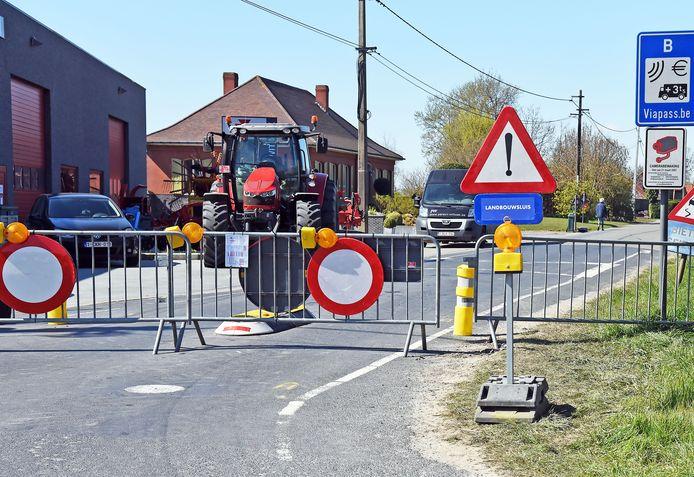 Voorlopig blijft dit het beeld aan de grens, op de foto een afgesloten grensovergang ten noorden van Sas van Gent.