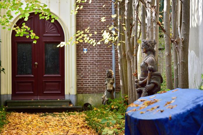 Beelden die vroeger bij het station stonden worden weer teruggeplaatst. Ze staan nu nog in de tuin van het Remonstrantse Poortje.