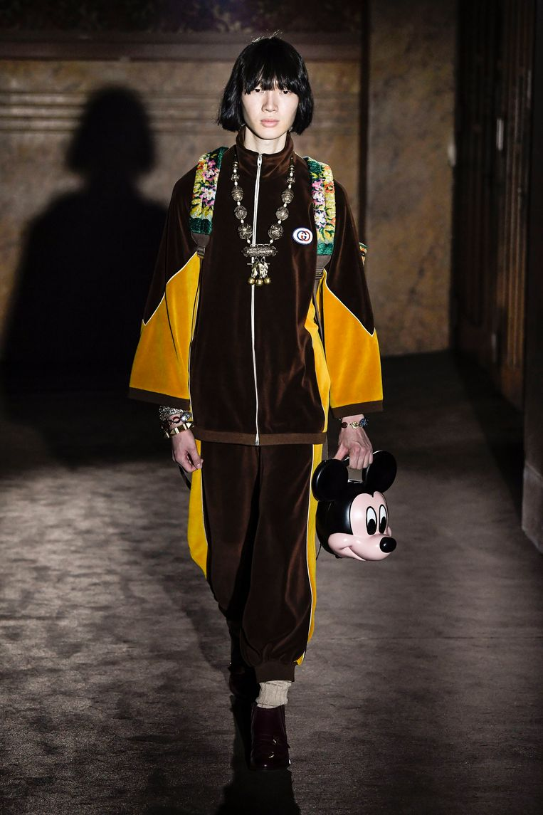 Handtas in de vorm van het hoofd van Mickey Mouse. Gezien op Paris Fashion Week bij de lente-zomercollectie 2019 van Gucci.