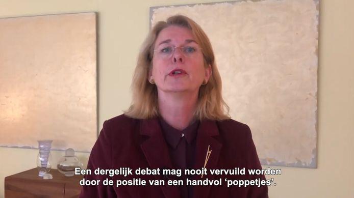 Een still uit het filmpje waarin Pauline Krikke haar vertrek als burgemeester van Den Haag aankondigt.