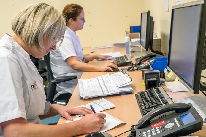 In de ziekenhuisapotheek wordt dagelijks de status gecheckt van cliënten in het ziekenhuis en die van bewoners van de zorginstellingen tanteLouise en cliënten van GGZ West Noord-Brabant.