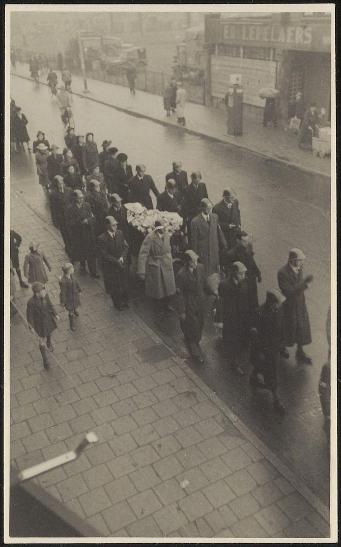 De begrafenis van blokhoofd Jan-Karel Sindorff, gefotografeerd door plaatsvervangend blokhoofd Cees Wouters.