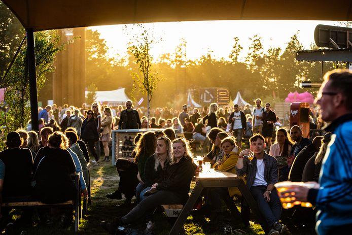 Het festivalseizoen valt door het coronavirus niet helemaal in het water. In Den Haag is op 1 juni namelijk het eerste openluchtfestival van 2020: het Lucky Thirty Festival in het Zuiderparktheater.