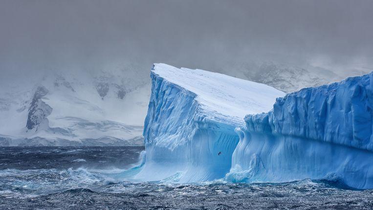 Een gigantische ijsberg nabij Antarctica