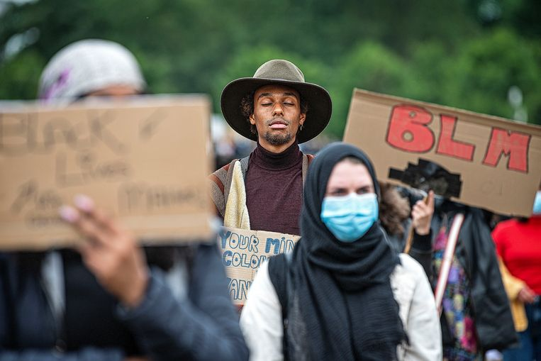 Demonstranten in de Bijlmer herdenken George Floyd en protesteren tegen racisme.  Beeld Guus Dubbelman / de Volkskrant