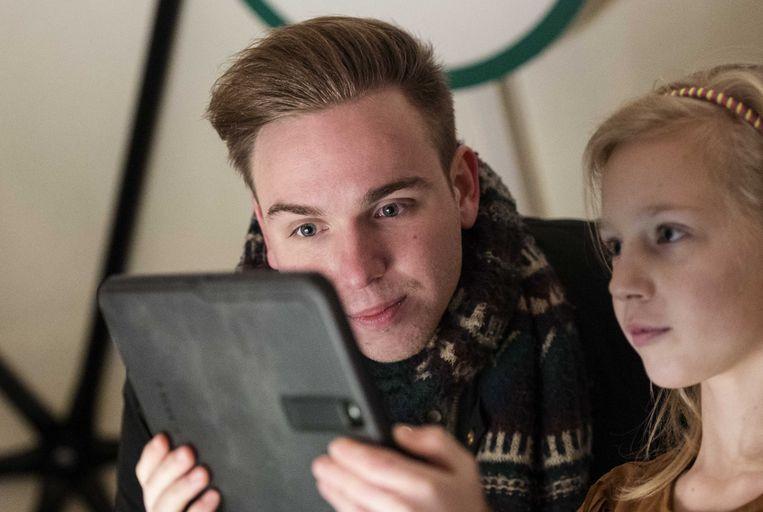 2017-02-14 10:55:34 ROTTERDAM - Youtube-fenomeen Dylan Haegens kijkt mee met kinderen bij de aftrap van het Generation Discover programma voor basisschoolleerlingen. Het doel van dit door Shell ondersteunde programma is jongeren enthousiasmeren voor techniek en wetenschap, omdat er een tekort is aan technisch opgeleiden. ANP MARTEN VAN DIJL Beeld ANP