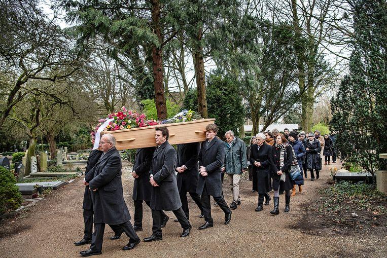 De kist met Reinbert de Leeuw wordt vrijdag naar zijn graf gedragen op begraafplaats Zorgvlied in Amsterdam. Beeld Guus Dubbelman / De Volkskrant