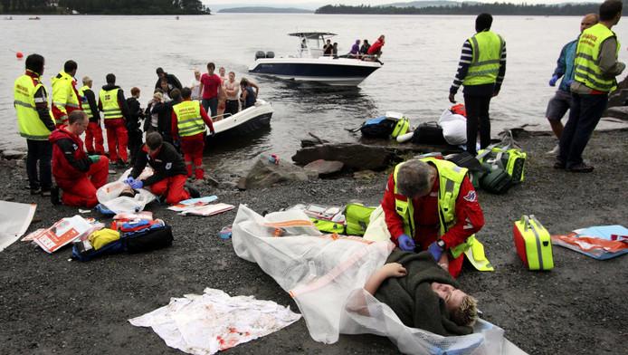 Hulpverleners ontfermen zich over de gewonden na het bloedbad op Utoya.