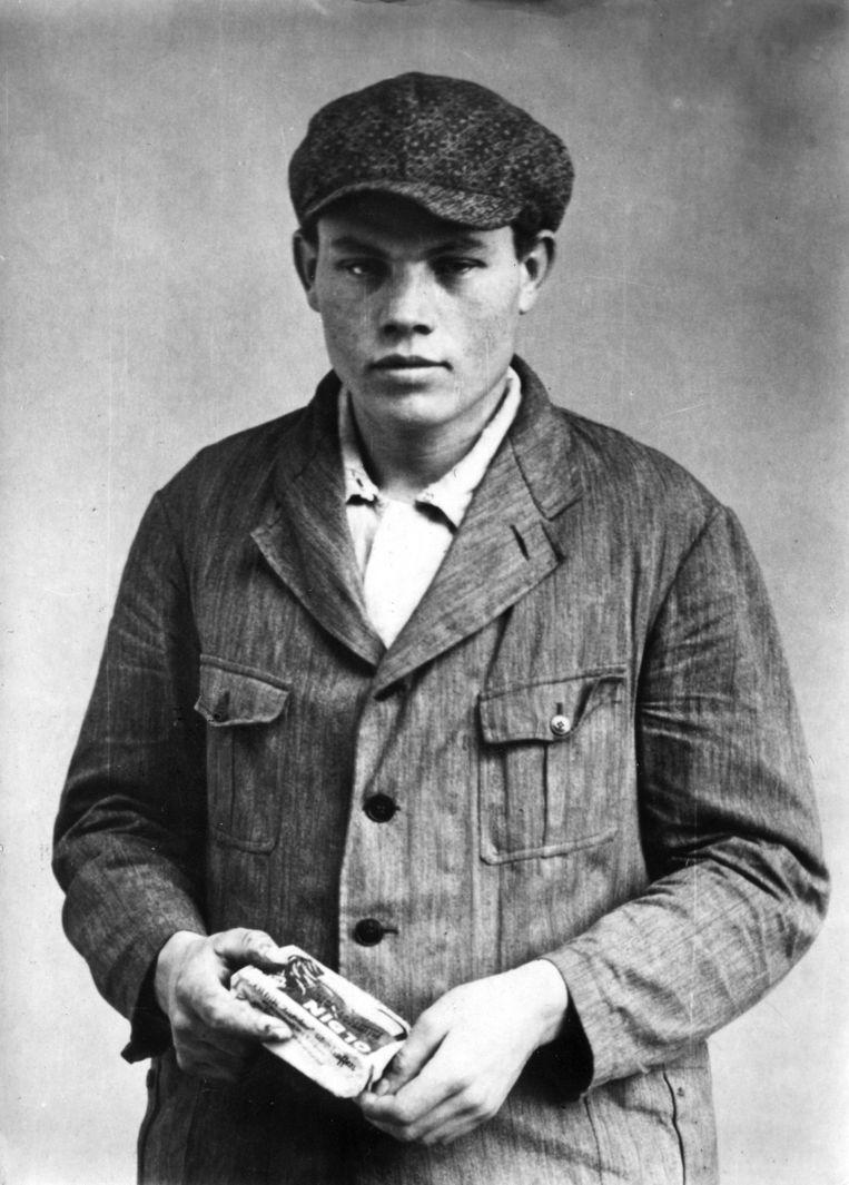 Een portret van Marinus van der Lubbe uit 1933, met aansteekblokjes in zijn hand.  Beeld