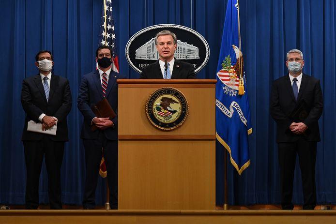 FBI-directeur Christopher Wray tijdens de persconferentie.