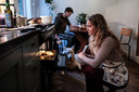 Ellen Willems bereidt aardappelen in de oven.