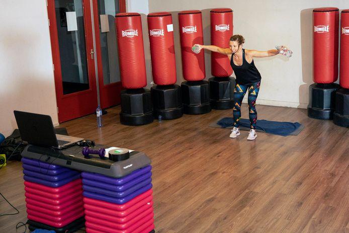 Nu niemand meer naar de sportschool mag komen, heeft Sportcentrum Vlaardingen de oplossing om toch fit te blijven: liveles op Facebook.