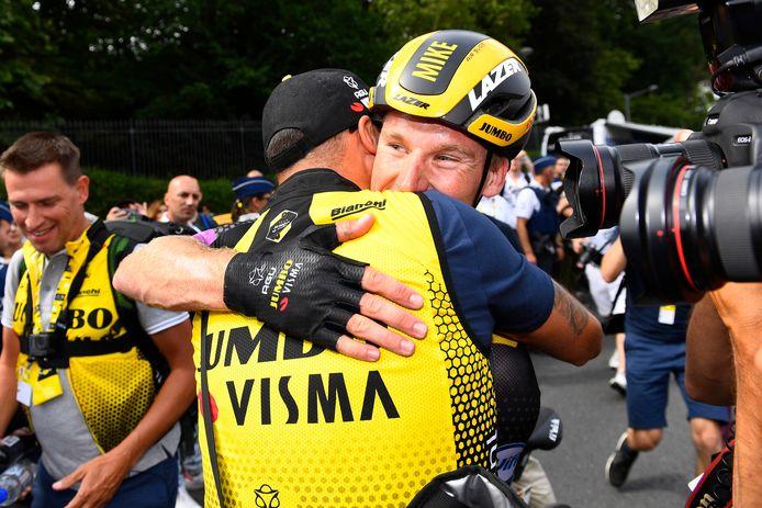 Mike Teunissen krijgt een knuffel van staflid.