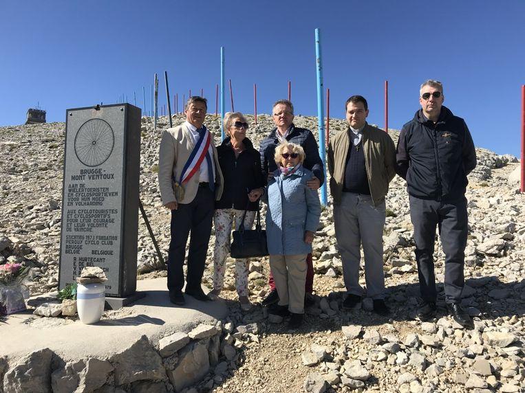 De zoon en vriendin van Roland Hurtecant, samen met enkele vrienden en de burgemeester van Bedoin, met de urne aan het monument op de Mont Ventoux.