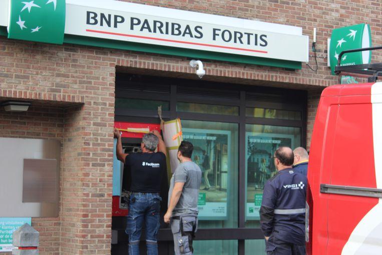 Door de slag werd de geldautomaat uit de gevel geslingerd.