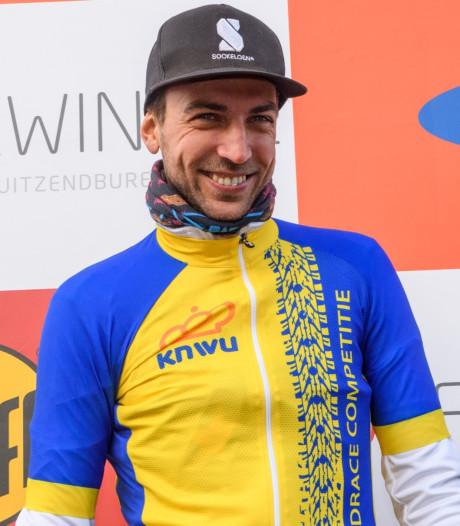 Dordtenaar Jasper Ockeloen ontwerpt fietssokken en begint zijn eigen wielerploeg
