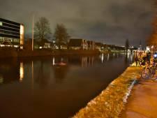 Auto verdwijnt volledig in Leidschendams water, inzittende gewond naar ziekenhuis